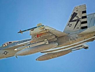 Un VX-23 F/A-18E lleva un AGM-88G AARGM-ER