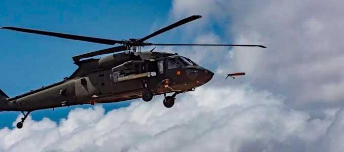 Black Hawk UH-60 lanza un mini-drone ALTIUS