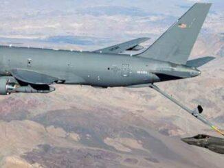 Un KC-46 reabastece a un F-35